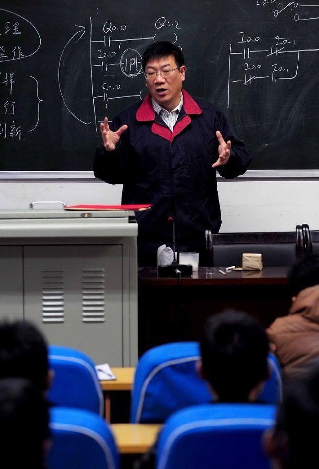 党的十八大代表、淮北矿业集团工匠大师 杨杰在授课