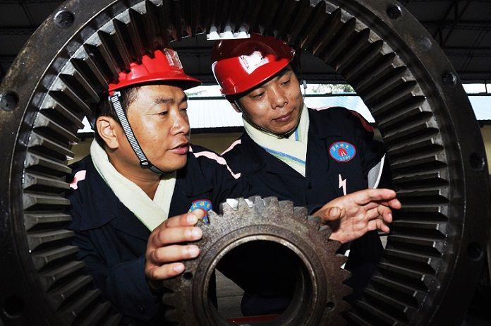 党的十九大代表、淮北矿业集团工匠大师 王忠才在开展师带徒